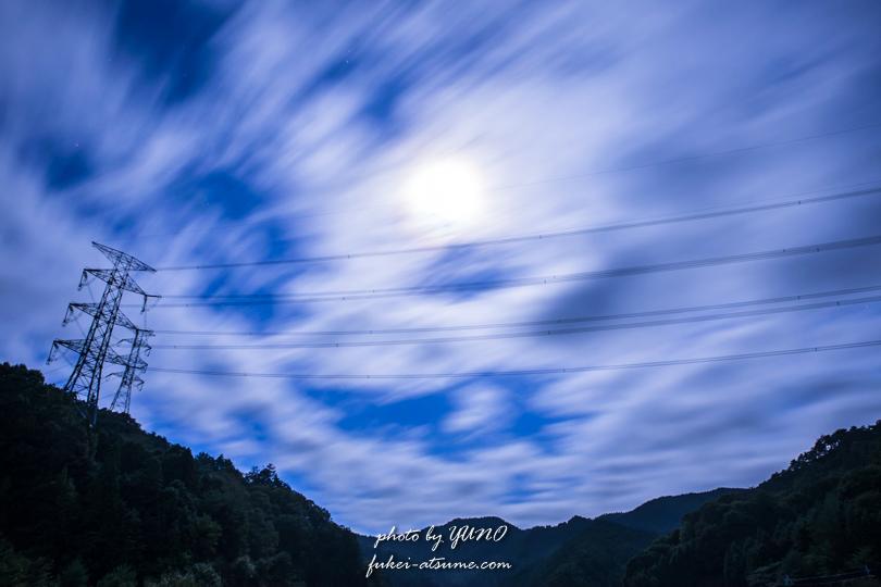 雲心月性・流れる雲・居待月・夜景・長時間露光・鉄塔・電線