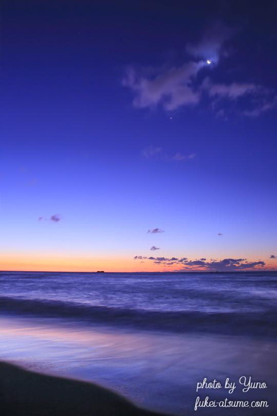 青と橙・blue and orange・海岸の夜明け・波・長時間露光・三日月・水平線