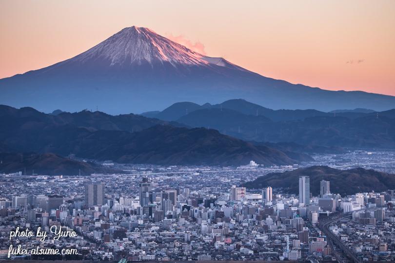 静岡県・富士山・富士と街・朝の街・朝焼け・夜明け・早朝・日の出