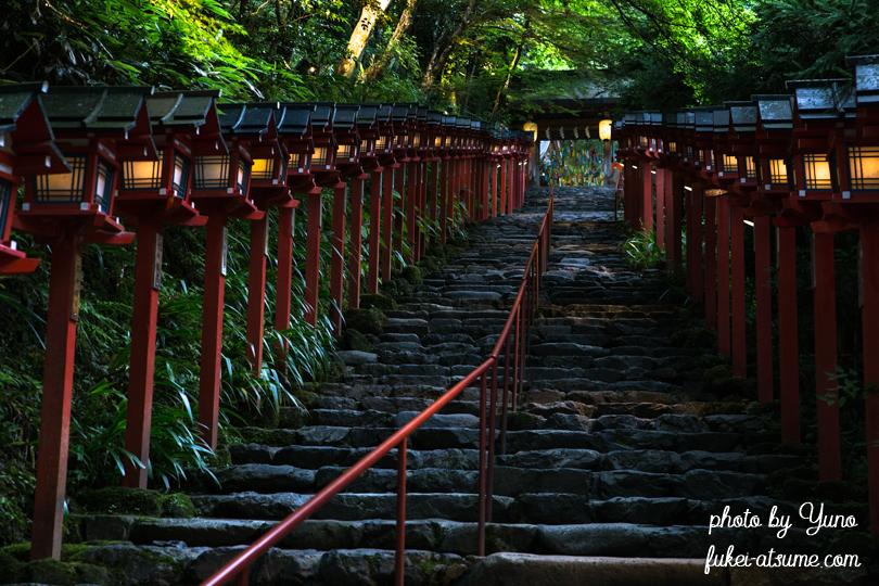 京都・貴船神社・本宮・夕闇の参道・赤い灯篭・ライトアップ・七夕笹飾りライトアップ