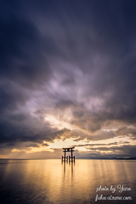 滋賀・白鬚神社・琵琶湖・鳥居・夜明け・日の出・朝陽・雲・光